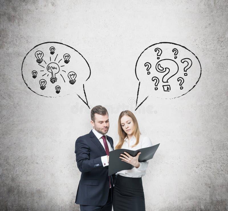 Geschäftspaare argumentieren über Geschäftsprojekt Ein Paar in der Abendtoilette halten einen schwarzen Dokumentenordner Glühlamp stockfotos