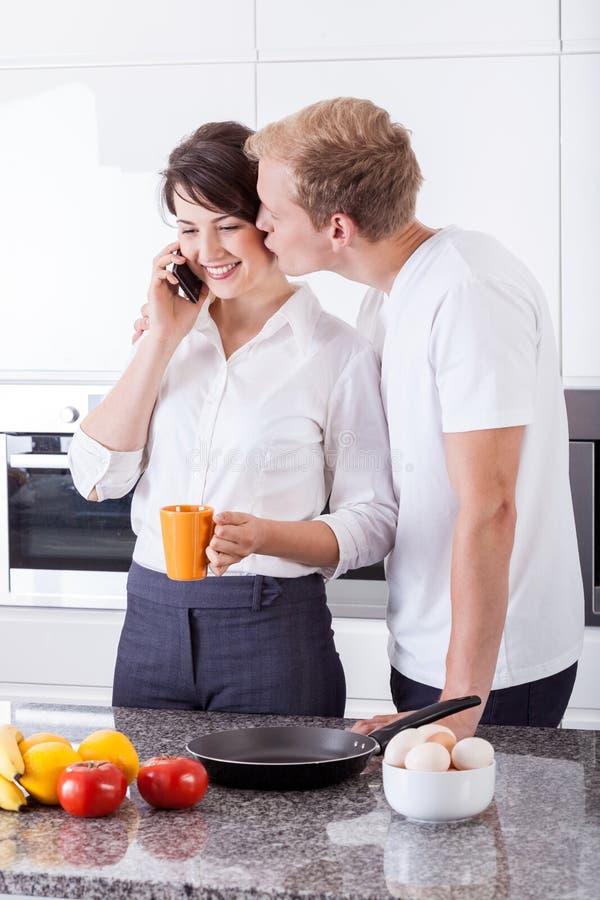 Geschäftspaare in der Küche lizenzfreie stockfotos