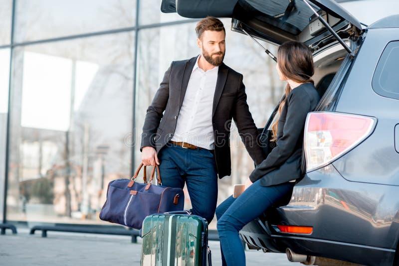 Geschäftspaare, die mit dem Auto reisen lizenzfreie stockfotos