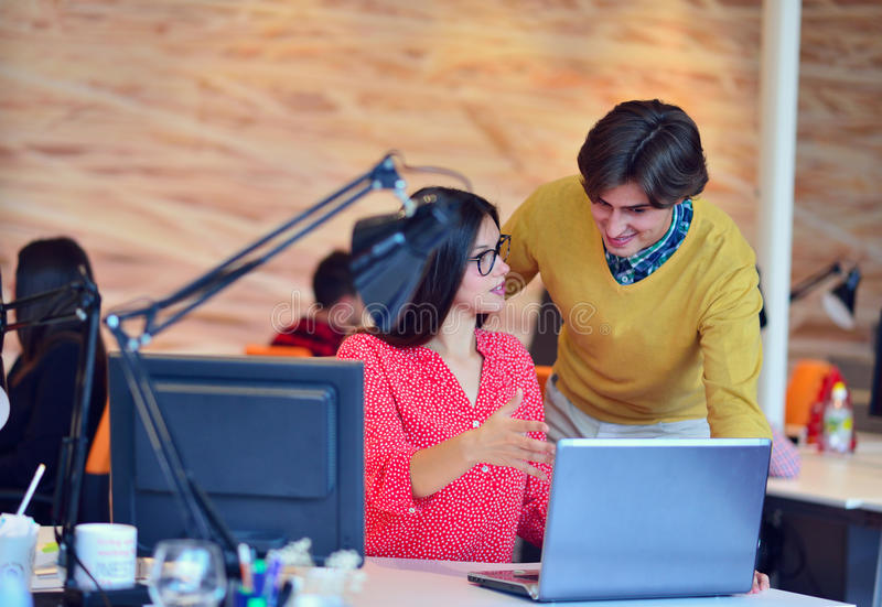 Geschäftspaare, die zusammen an Projekt im modernen Startbüro arbeiten lizenzfreie stockfotografie