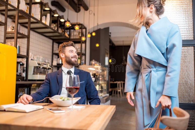 Geschäftspaare im Restaurant lizenzfreies stockfoto