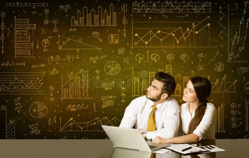 Geschäftspaare mit Diagrammhintergrund lizenzfreie stockfotos