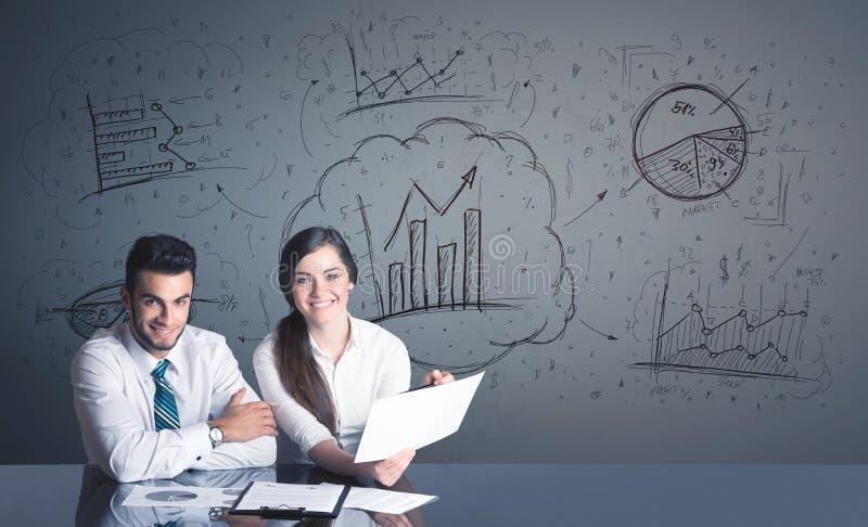 Geschäftspaare mit Geschäftsdiagrammen lizenzfreies stockbild