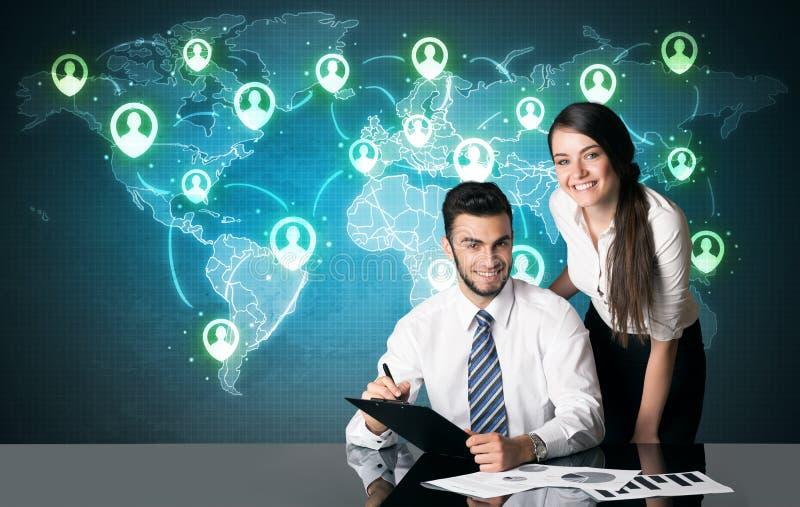Geschäftspaare mit Social Media-Verbindung stockbild