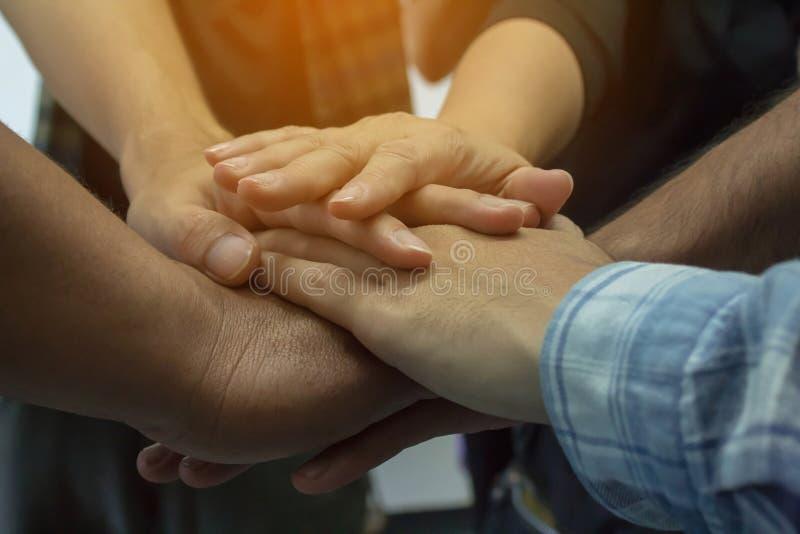 Geschäftspartner, die Einheit und Teamwork zeigen lizenzfreie stockfotos