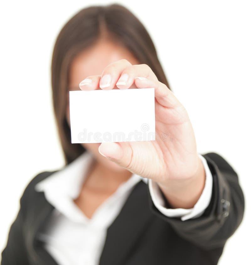 Geschäftsperson, die Visitenkarte zeigt stockfoto
