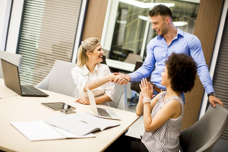 Geschäftspersonenhändedruck auf Sitzung lizenzfreie stockbilder