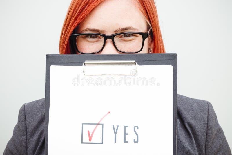 Geschäftspolitikkonzept der Wahl und der Abstimmung Frau in der Klage lizenzfreies stockbild