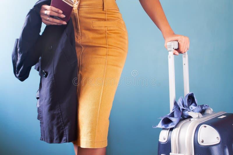 Geschäftsreisender, Mode oder stilvolle Frau, die Gepäck auf b halten stockfotos