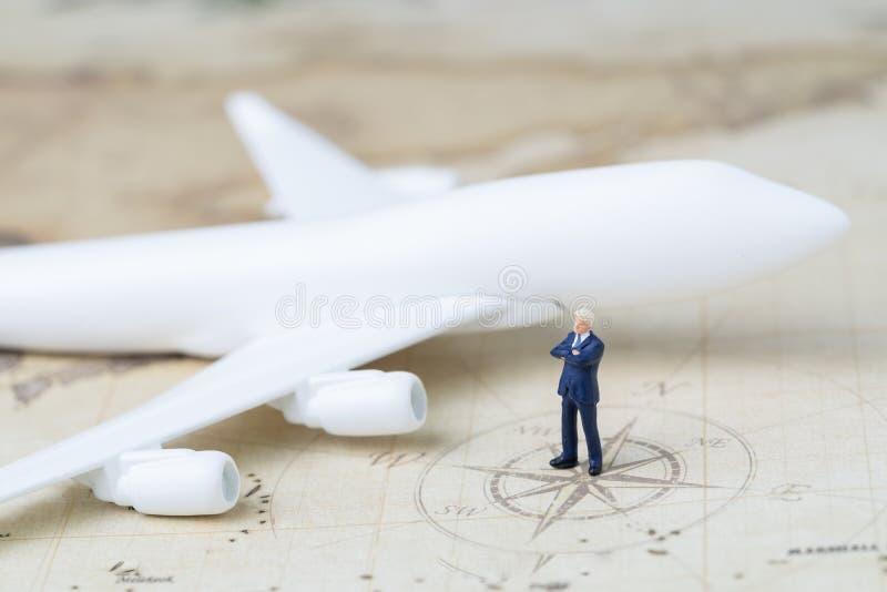 Geschäftsreiseplanung oder Reisekonzept, erwachsenes Miniaturbusine stockfoto