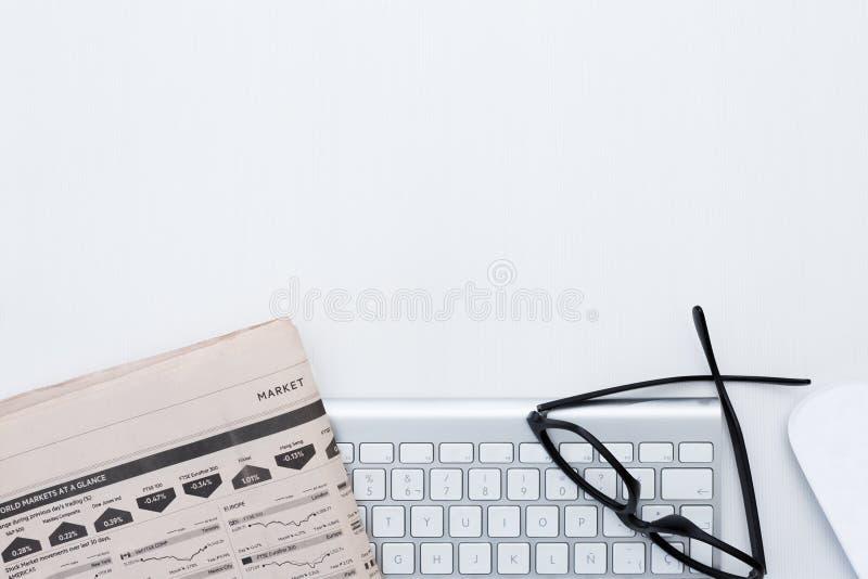 Geschäftsschreibtisch und eine silbrige Tastatur stockfotografie