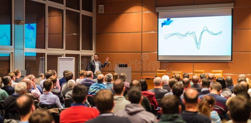 Geschäftssprecher, der ein Gespräch im Konferenzsaal gibt stockfotos