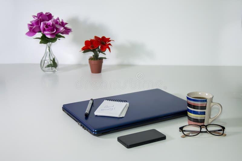 Geschäftsstillleben über weißem Hintergrund lizenzfreies stockbild