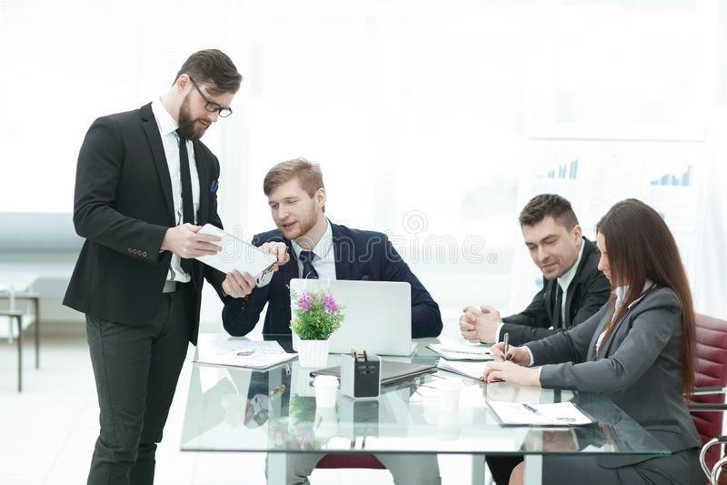 Geschäftsteam analysiert Finanzdokumente in einem modernen Büro lizenzfreies stockbild