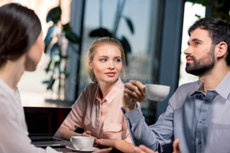 Geschäftsteam auf Sitzung Projekt im Café besprechend lizenzfreie stockfotografie