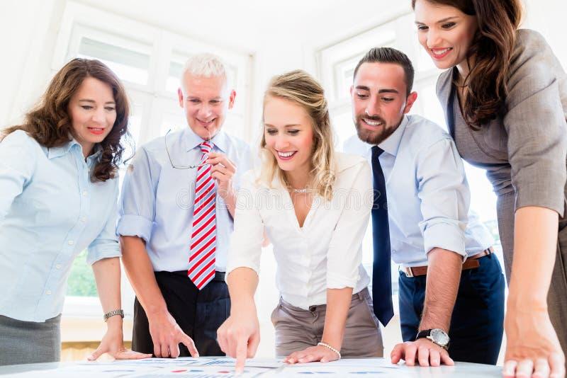 Geschäftsteam bei der Strategiesitzungsdiskussion lizenzfreie stockfotos
