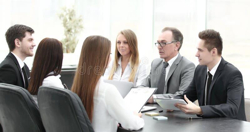 Geschäftsteam bei einer Sitzung im Büro stockfotografie