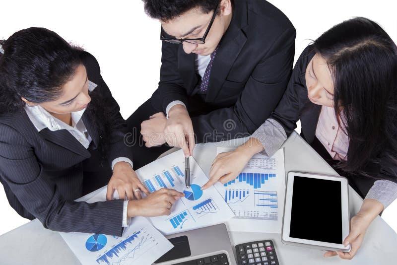 Geschäftsteam, das auf Kreisdiagramm zeigt stockfotografie
