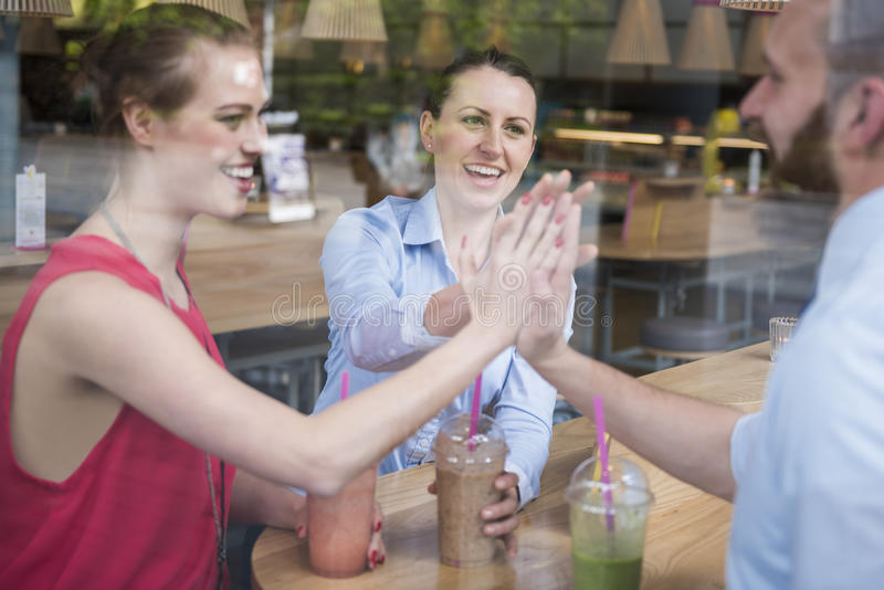 Geschäftsteam, das am Café arbeitet lizenzfreies stockfoto