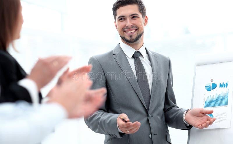 Geschäftsteam, das den Sprecher nach der Geschäftsdarstellung applaudiert stockfotos