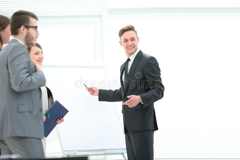 Geschäftsteam, das eine neue Geschäftsdarstellung nahe der Querstation bespricht stockfoto