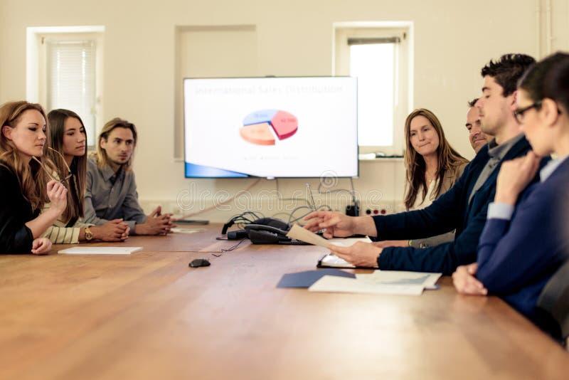 Geschäftsteam, das eine Sitzung hat stockfotografie