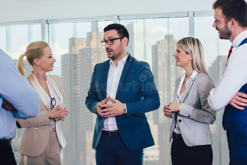 Geschäftsteam, das eine treffende Stellung im Büro hat stockfotografie