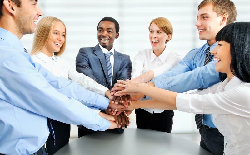 Geschäftsteam, das Einheit mit ihren Händen zeigt stockfoto