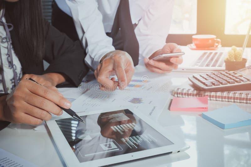Geschäftsteam, das Einkommensdiagramme und -diagramme analysiert stockfotos