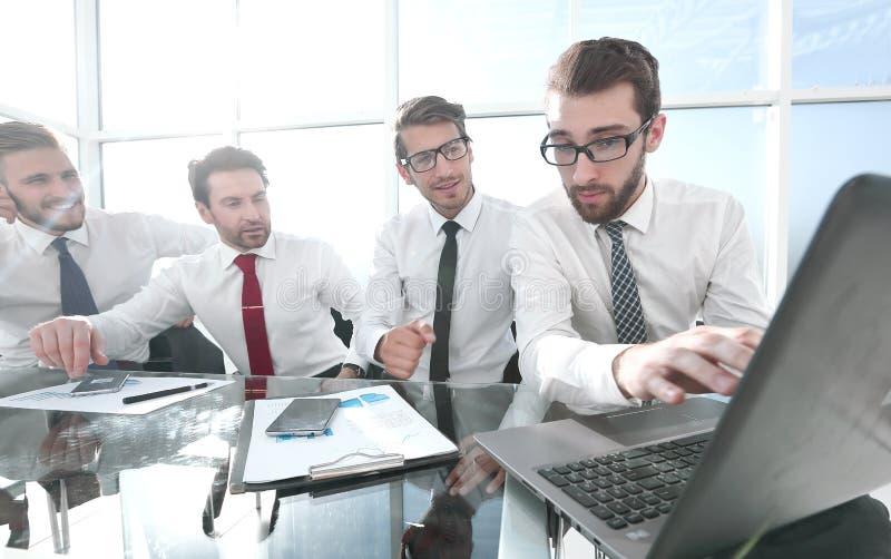 Geschäftsteam, das Finanzdaten bespricht stockfotos
