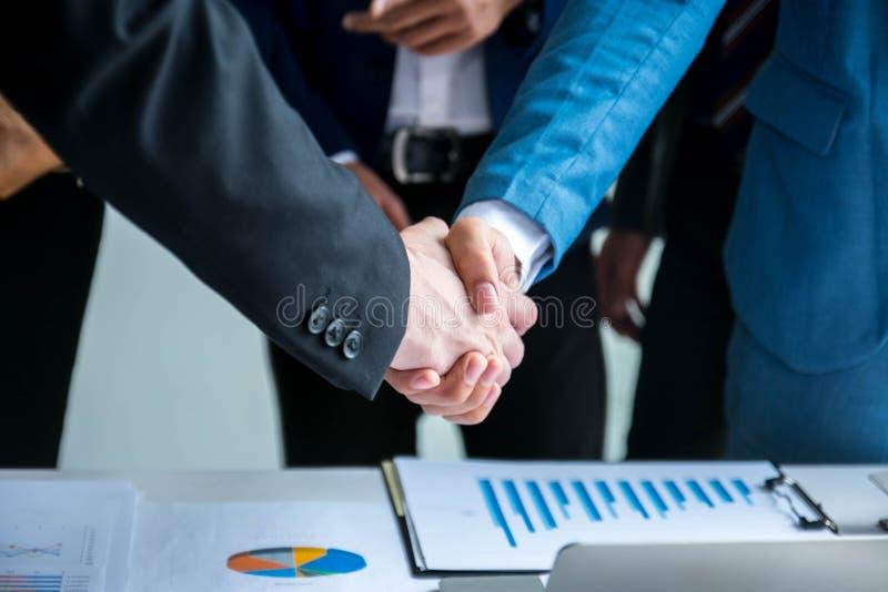 Geschäftsteam, das Hand rüttelt stockbild