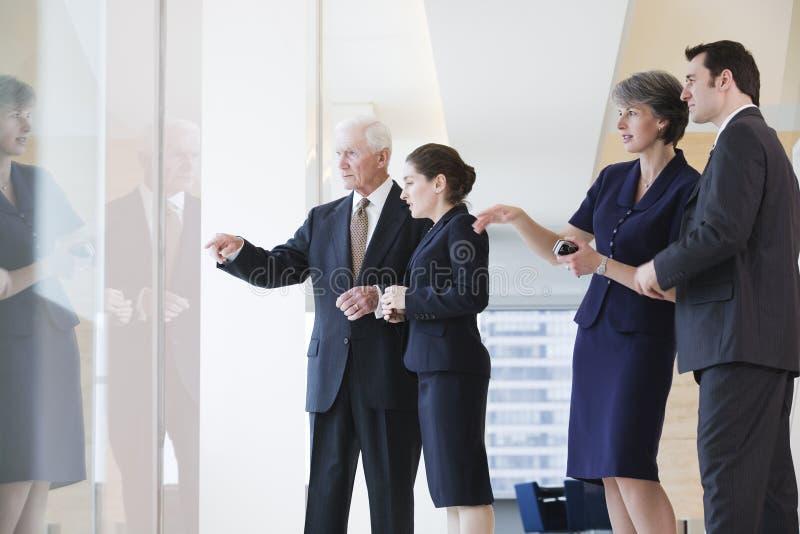 Geschäftsteam, das heraus Fenster während der Sitzung schaut. stockfoto