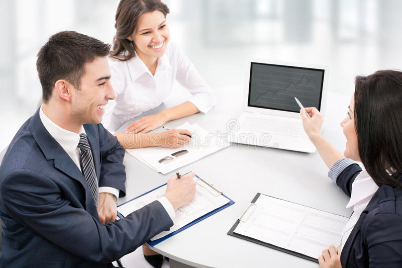 Geschäftsteam, das an ihrem Geschäftsprojekt arbeitet lizenzfreie stockfotos