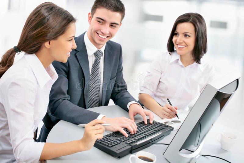 Geschäftsteam, das an ihrem Geschäftsprojekt arbeitet lizenzfreies stockfoto