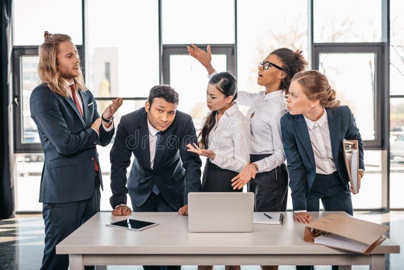 Geschäftsteam, das im Büro, Teamkonzept gedanklich lösend streitet stockfotografie