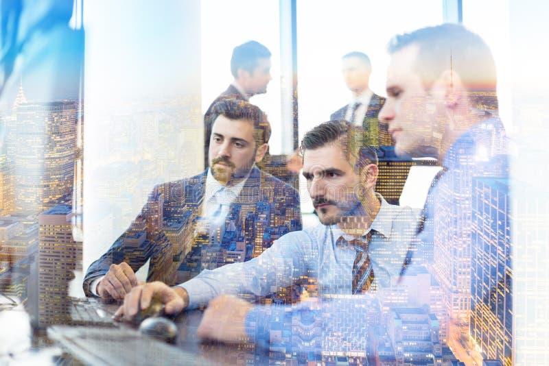 Geschäftsteam, das im conteporary Planungs- und Führungsstab arbeitet lizenzfreie stockbilder