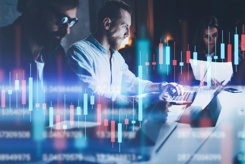 Geschäftsteam, das im Nachtbüro zusammenarbeitet Technisches Preisdiagramm und Indikator-, Rotes und Grüneskerzenständerdiagramm  lizenzfreies stockbild