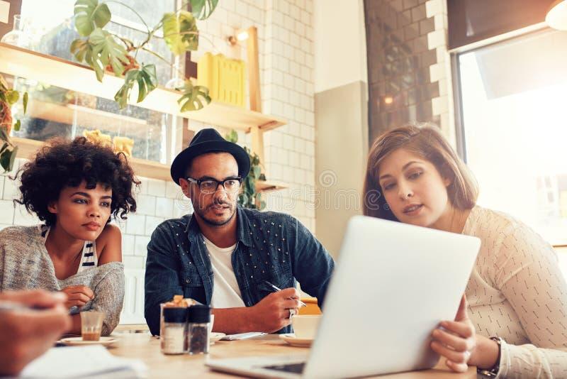 Geschäftsteam, das neue Projektideen an einem Café bespricht stockfotos