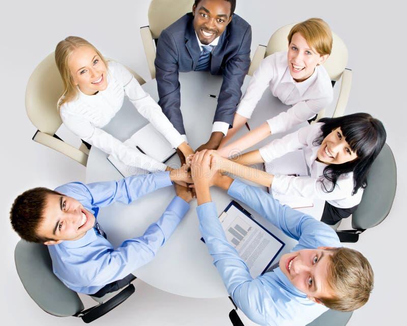 Geschäftsteam, das Stapel von den Händen auf Arbeitsplatz macht lizenzfreie stockfotos