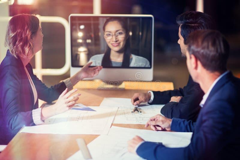 Geschäftsteam, das Videokonferenz hat stockbilder