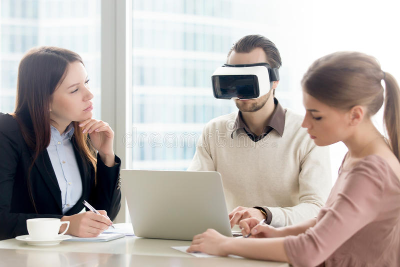 Geschäftsteam, das VR-bereiten Laptop, sich entwickelndes virtuelles realit prüft lizenzfreie stockfotografie