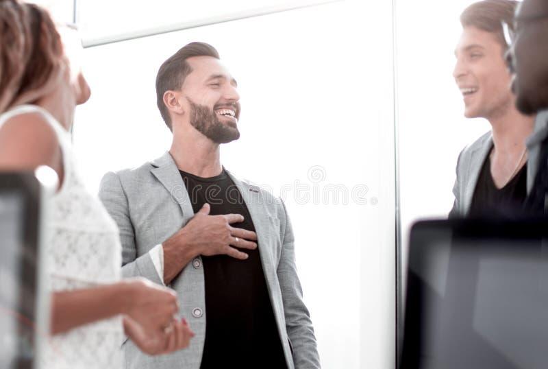 Geschäftsteam, das während eines Arbeitsbruches spricht lizenzfreie stockbilder