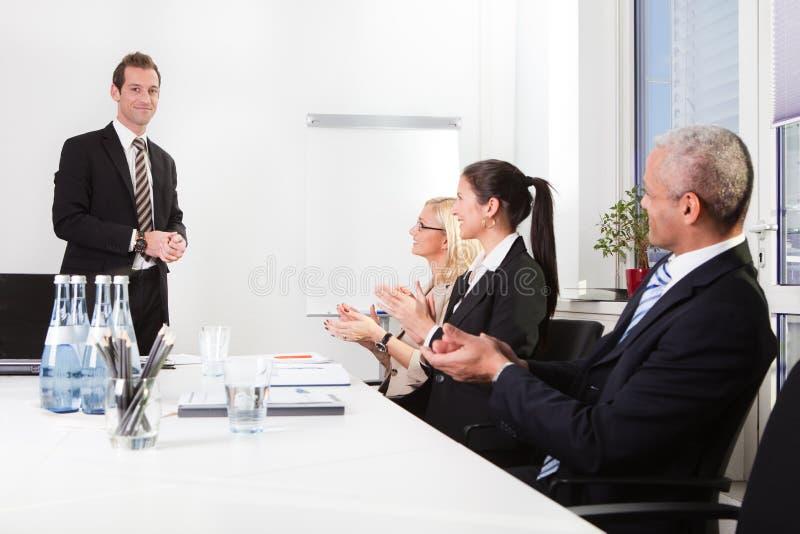 Geschäftsteam, das zur Darstellung applaudiert lizenzfreies stockfoto
