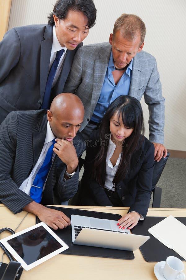 Geschäftsteam, das zusammen an Laptop arbeitet lizenzfreies stockfoto