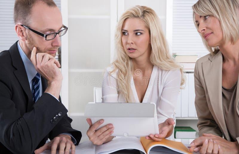 Geschäftsteam des Mannes und der Frau, die Kosten und Finanzierung analysieren lizenzfreie stockfotos
