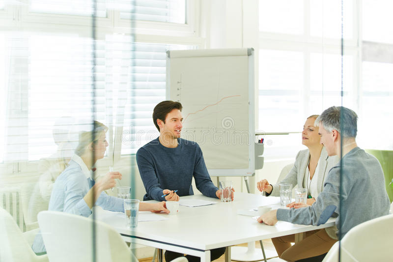 Geschäftsteam in einer Beratungssitzung stockfotos