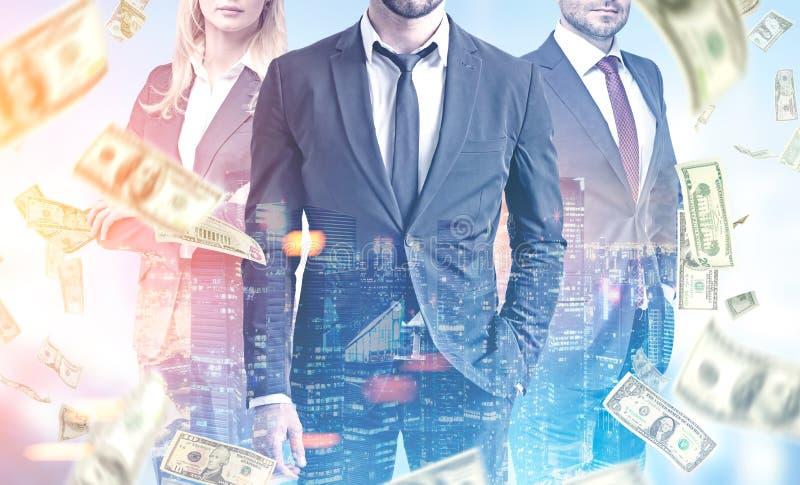 Geschäftsteam in einer Stadt, Dollarregen stockbild
