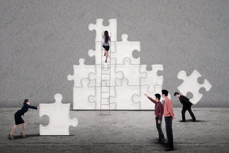 Geschäftsteam-Gestaltpuzzlespiel zusammen stockbilder
