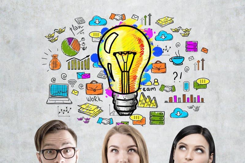 Geschäftsteam, Glühlampe und Entwurf stockbild