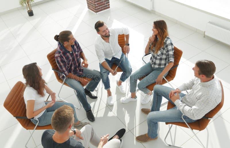 Geschäftsteam hält eine Sitzung in der Lobby des Büros ab lizenzfreies stockfoto